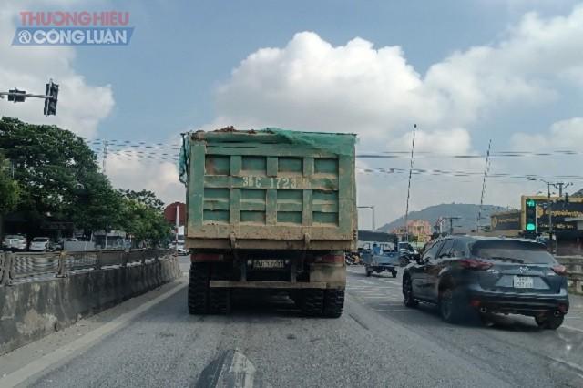 Xe chở đất chạy trên quốc lộ 1A đoạn qua địa phận xã Hoằng Kim