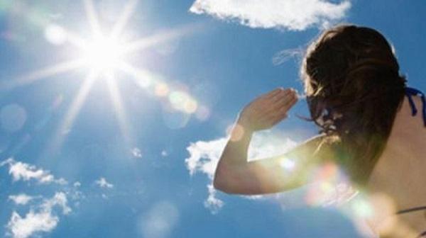 Khi chỉ số tia UV từ mức 11 trở lên, nguy cơ da bị bỏng nếu tiếp xúc ánh nắng mặt trời khoảng 10 phút mà không được bảo vệ. Tia UV ở mức 12 rất nguy hiểm cho sức khỏe