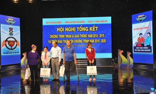 Ông Nguyễn Văn Thành, Chủ tịch HĐQT Công ty TNHH Long Hải tặng quà cho gia đình có hoàn cảnh khó khăn