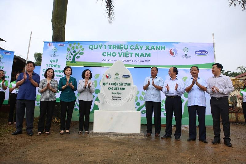 """""""Quỹ 1 triệu cây xanh cho Việt Nam"""" và Vinamilk trồng cây tại tỉnh Bắc Kạn vào năm 2018"""