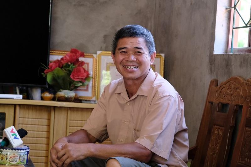 Ông Đàm Văn Neo, xã Trường Hà, tỉnh Cao Bằng vui mừng khi được nhận gần 2.000 cây keo từ chương trình