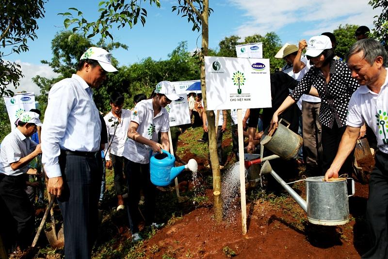 Năm 2014, Vinamilk và Quỹ 1 triệu cây xanh cho Việt Nam trao tặng 40.000 cây xanh cho tỉnh Điện Biên