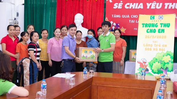 Đại diện Tập đoàn CEO trao tặng các phần quà cho Làng trẻ em SOS