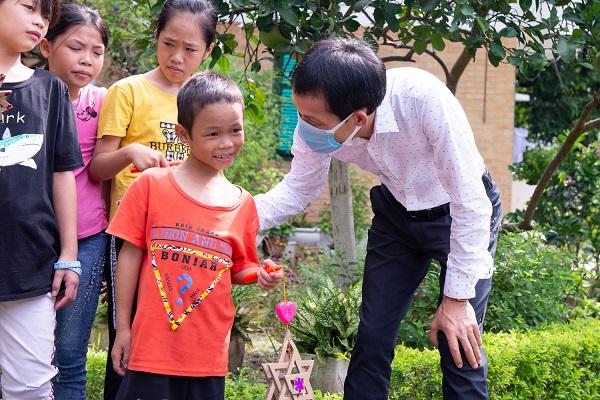 Các em nhỏ ở Làng trẻ em SOS rất vui và xúc động khi nhận được sự quan tâm của tập thể Ban lãnh đạo và CBNV Tập đoàn CEO