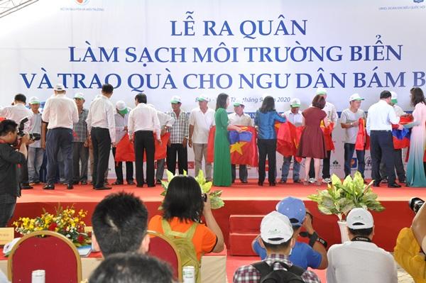Lãnh đạo các bộ ngành TW và địa phương trao tặng 3000 lá Cờ Tổ quốc và 300 bồn chứa nước ngọt, nhãn hiệu Tân Á Đại Thành loại 1000 lít cho ngư dân huyện Long Điền vươn khơi bám biển