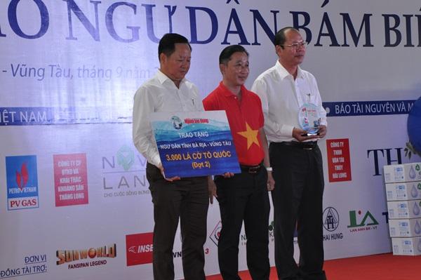 Trao tặng 3000 lá cờ Tổ quốc cho ngư dân huyện Long Điền