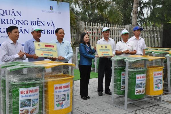 Đại diện đơn vị Agribank, Petrolimex trao 50 thùng rác đôi cho chính quyền địa phương huyện Long Điền, tỉnh BR-VT.