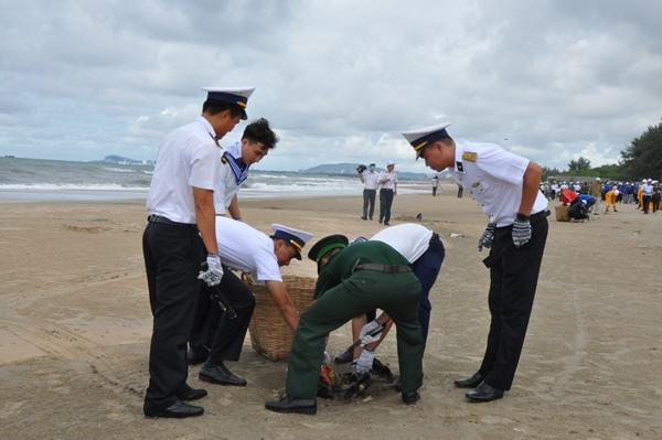 Các chiến sĩ hải quân thu gom rác thải tại bờ biển