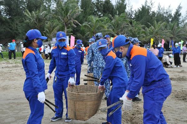 Một số hình ảnh cán bộ, chiến sĩ lực lượng vũ trang, công chức, viên chức, người lao động, tham gia thu gom rác thải làm sạch 03 km bãi biển tại xã Phước Tỉnh, huyện Long Điền