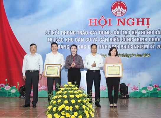 Bí thư Tỉnh ủy Hoàng Thị Thúy Lan (áo đen, đứng giữa) trao bằng khen cho các tập thể có thành tích tốt trong thực hiện phong trào