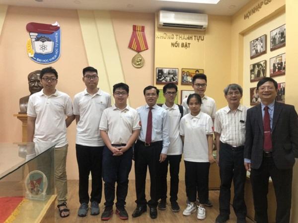 Đội tuyển Olympic Toán quốc tế Việt Nam chụp ảnh kỷ niệm với đại diện Bộ GD&ĐT (Ảnh: Nguồn Bộ GD&ĐT)