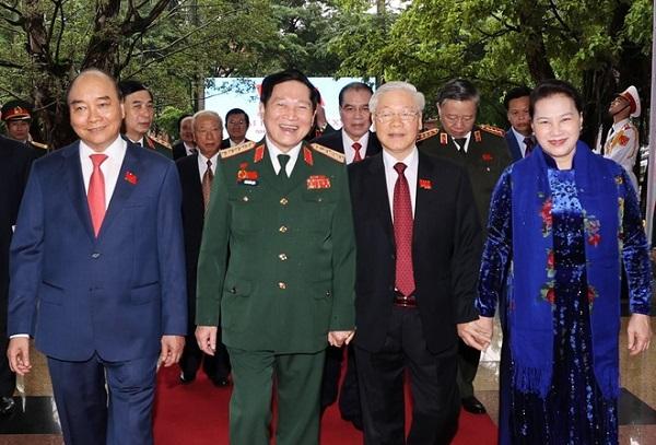 Tổng Bí thư, Chủ tịch Nước Nguyễn Phú Trọng - Bí thư Quân uỷ Trung ương (thứ 2 từ phải sang) cùng các đồng chí lãnh đạo Đảng, Nhà nước dự Đại hội Đảng bộ Quân đội lần thứ XI. Ảnh TTXVN