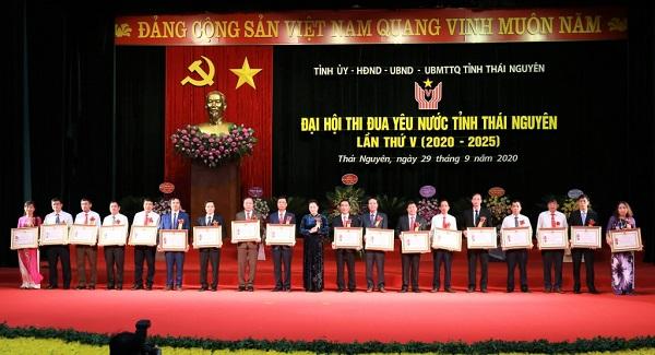 Đồng chí Nguyễn Thị Kim Ngân, Ủy viên Bộ Chính trị, Chủ tịch Quốc hội nước Cộng hòa xã hội chủ nghĩa Việt Nam tặng thưởng Huân chương Lao động cho các tập thể, cá nhân đã có thành tích xuất sắc trong phong trào thi đua yêu nước giai đoạn 2015 - 2020