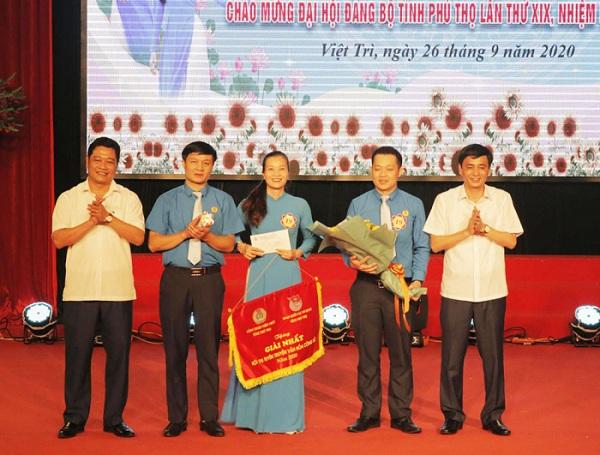 Ban tổ chức trao giải nhất cho Liên đoàn Lao động tỉnh.
