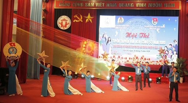 Phần thi trang phục công sở và chào hỏi của Liên Đoàn Lao động tỉnh.