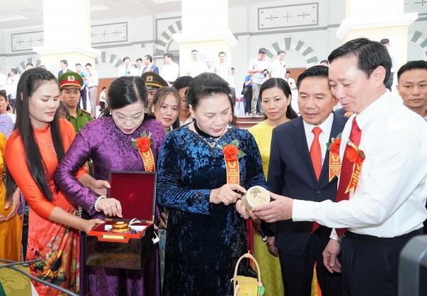 Đồng chí Nguyễn Thị Kim Ngân, Ủy viên Bộ Chính trị, Chủ tịch Quốc hội nước Cộng hòa xã hội chủ nghĩa Việt Nam cùng các đồng chí lãnh đạo tỉnh Thái Nguyên tham quan các gian hàng trưng bày một số sản phẩm nông nghiệp, công nghiệp tiêu biểu của tỉnh Thái Nguyên