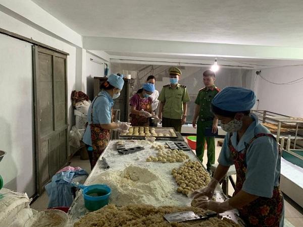Đoàn kiểm tra kiểm tra tại 1 cơ sở sản xuất bánh trung thu (Ảnh Tổng cục QLTT)