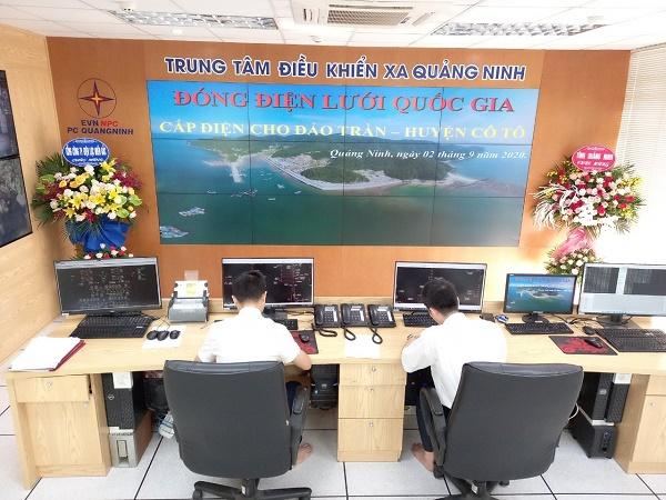 Các Điều độ viên Trung tâm Điều khiển xa Quảng Ninh, thực hiện điều khiển xa đóng điện lưới quốc gia ra đảo Trần vào ngày 2/9/2020
