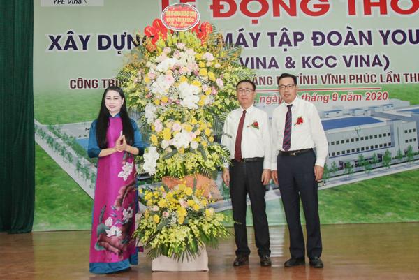 Bí thư Tỉnh ủy Vĩnh Phúc Hoàng Thị Thúy Lan tặng hao chúc mừng chủ đầu tư