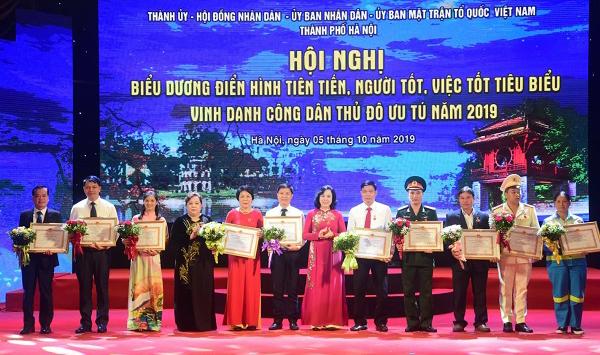 Phó Bí thư Thường trực Thành ủy Hà Nội Ngô Thị Thanh Hằng và Chủ tịch HĐND TP Hà Nội Nguyễn Thị Bích Ngọc trao bằng khen cho 10 gương người tốt, việc tốt tiêu biểu.