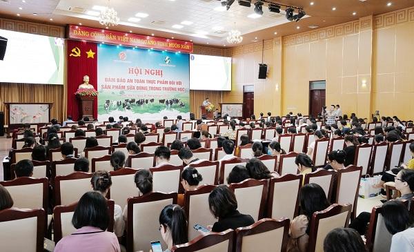 """Sáng 30/9, hơn 300 đại biểu và cán bộ giáo dục đã đến tham dự """"Hội nghị đảm bảo an toàn thực phẩm đối với sản phẩm sữa dùng trong trường học"""" do Hiệp hội sữa Việt Nam tổ chức."""