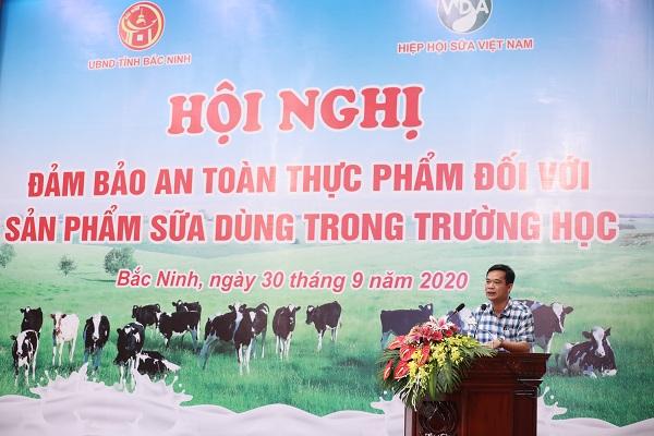 Ông Trần Đăng Khoa – Phó Vụ trưởng Vụ sức khỏe Bà Mẹ - Trẻ em (Bộ Y tế) trình bày về thực trạng triển khai chương trình Sữa học đường tại Việt Nam