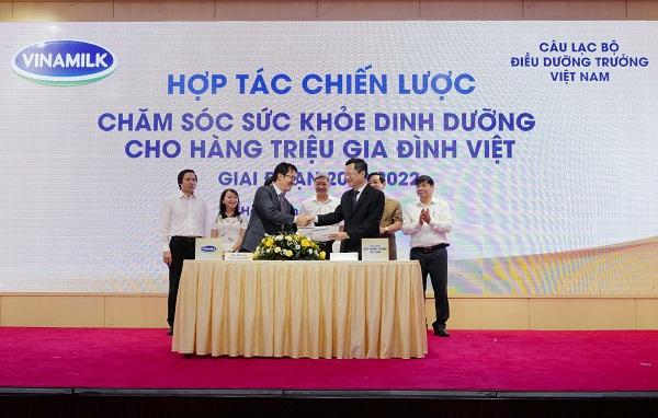Ông Phan Minh Tiên (bên trái) và ông Hoàng Văn Thành đại diện ký kết hợp tác chiến lược giữa Vinamilk và CLB Điều dưỡng trưởng Việt Nam giai đoạn 2020-2022