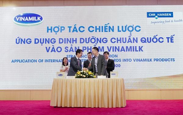 Hình 4: Ông Phan Minh Tiên và ông Dương Quang Vinh, Trưởng đại diện của tập đoàn CHR Hansen tại Việt Nam thực hiện ký kết hợp tác chiến lược tại sự kiện