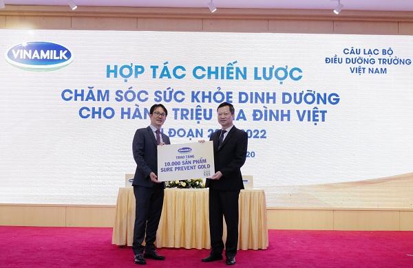 Đại diện Vinamilk trao tặng 10.000 sản phẩm Sure Prevent Gold cho đại diện CLB ĐDT Việt Nam
