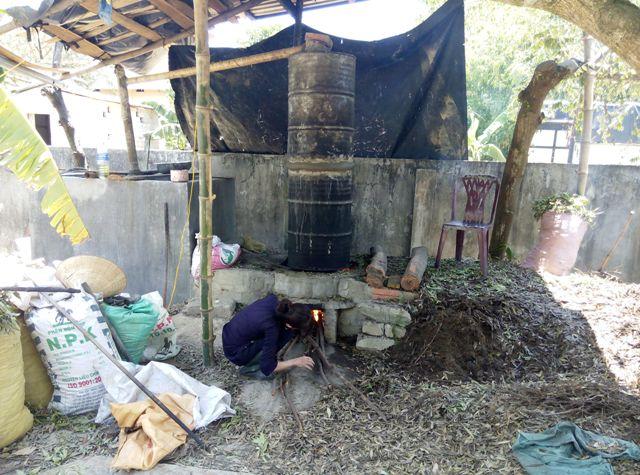 Một điểm chưng cất tinh dầu tràm thủ công ở Huế