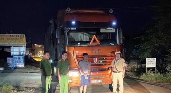 Xe đầu kéo chở 35 tấn phế liệu từ nước ngoài về TP.HCM tiêu thụ (Ảnh TTXVN)