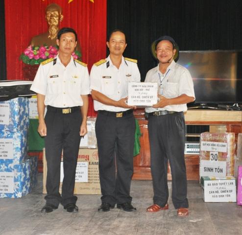 Dầu tràm Kim Vui- Huế được mang tặng quân và dân quần đảo Trường Sa