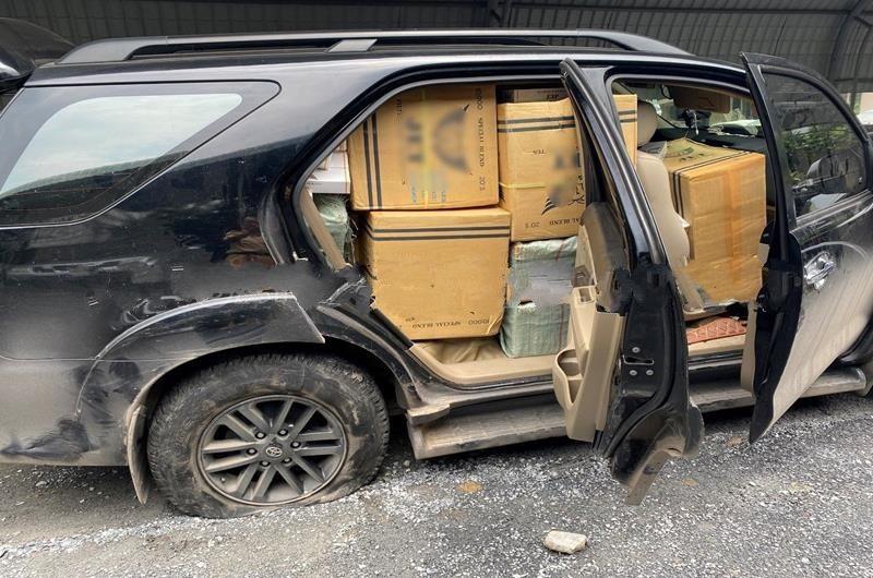 Ô tô gây tai nạn giao thông xếp đầy thùng thuốc lá lậu bên trong (ảnh Công an tỉnh Đồng Nai)