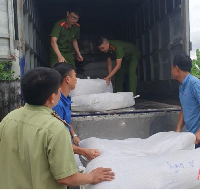 Lực lượng Cảnh sát môi trường Công an tỉnh đang kiểm tra số thịt sấy khô chưa rõ nguồn gốc.