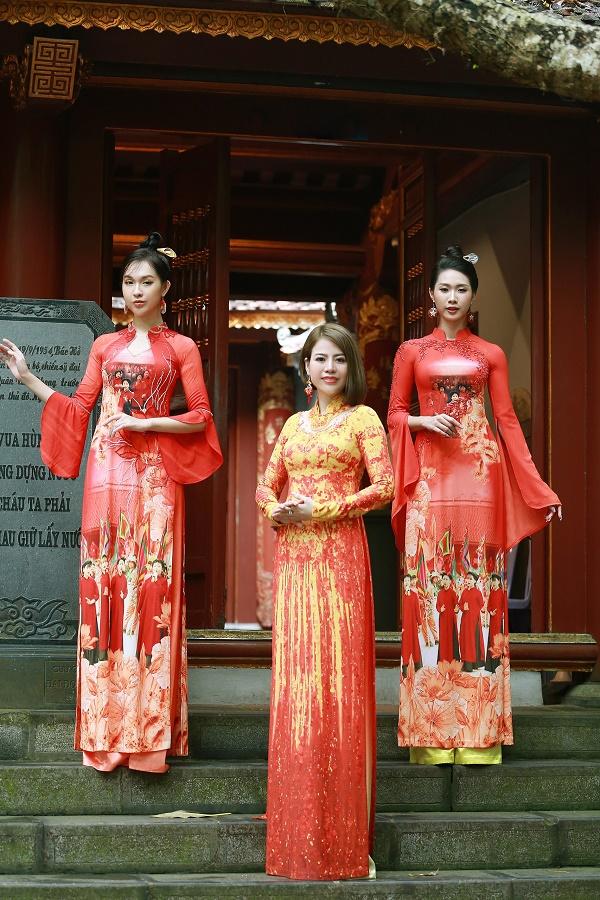 Nhà thiết kế Thoa Trần (đứng giữa) với 2 bộ áo dài in những hình ảnh rước lễ nhân ngày giỗ Tổ 10/3 hàng năm.