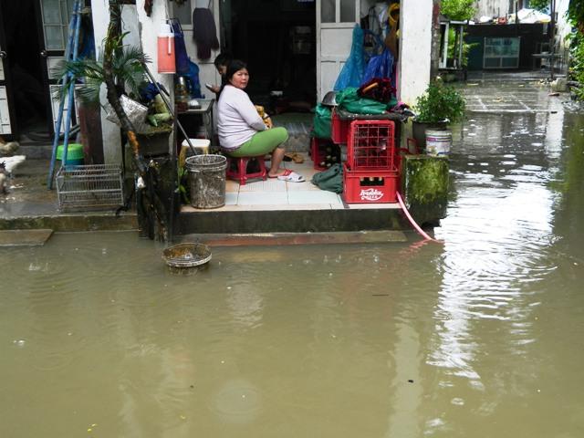 Người dân KV 6, phường Vỹ Dạ mưa là ngồi trên nước không biết vui như thế nào