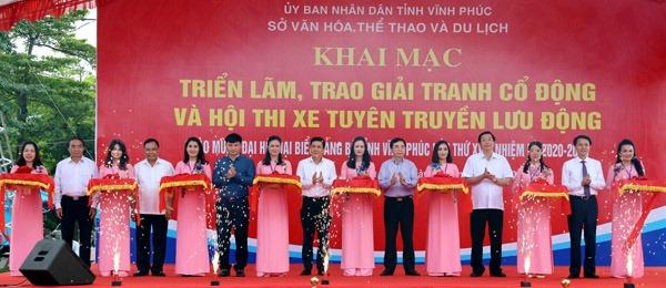 Phó Chủ tịch UBND tỉnh Vũ Việt Văn và các đại biểu cắt băng khai mạc triển lãm