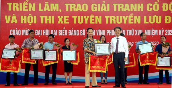 Giám đốc Sở VH,TT&DL Ngô Duy Đông trao giải Nhất Hội thi xe tuyên truyền lưu động cho Phòng Văn hóa Thông tin thành phố Vĩnh Yên