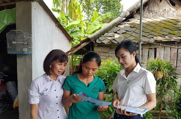 Chị Nguyễn Thị Hoài Đại lý thu Hội nông dân xã Sơn Bình, huyện Hương Sơn đang tư vấn trực tiếp chính sách BHXH tự nguyện cho người dân