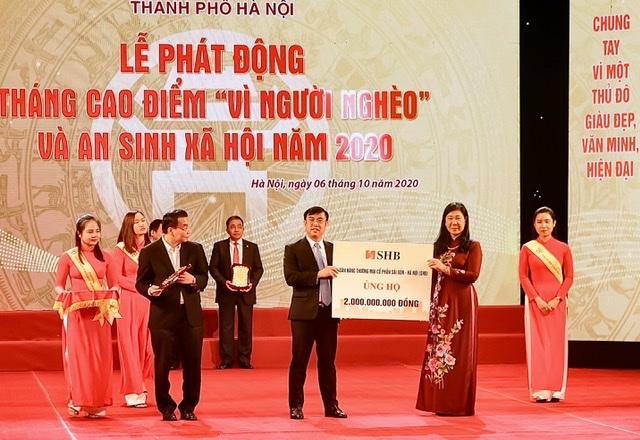 Tổng Giám đốc Ngân hàng SHB – Ông Nguyễn Văn Lê trao ủng hộ Quỹ Vì người nghèo của thành phố Hà Nội