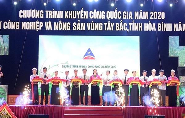 Lãnh đạo UBNT tỉnh Hòa Bình và Cục Công Thương địa phương, Bộ Công Thương cắt băng khai mạc Hội chợ