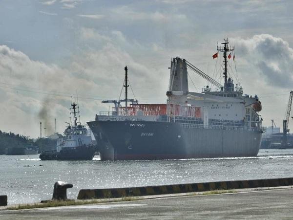 Đúng 8 giờ sáng, tàu Bayani đã chở tàu metro số 1 về tới cảng Khánh Hội (quận 4, TP.HCM)