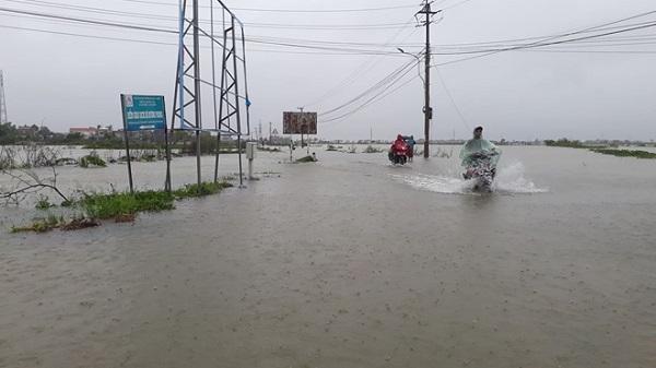 Nhiều tuyến đường ở vùng thấp trũng tỉnh Thừa Thiên Huế ngập nặng trong ngày 8/10 do mưa lớn.