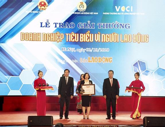 """Bà Dương Vân Anh, Giám đốc Khối Nhân sự Tập đoàn BRG nhận bằng khen """"Doanh nghiệp tiêu biểu vì người lao động 2019"""" do Bộ Lao động Thương binh và Xã hội trao tặng"""
