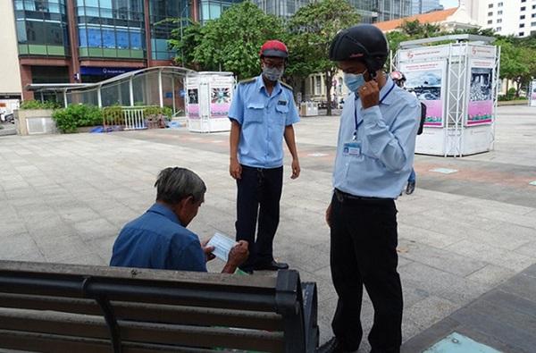 Nhắc nhở một người dân không đeo khẩu trang ở phố đi bộ Nguyễn Huệ (quận 1, TP.HCM)