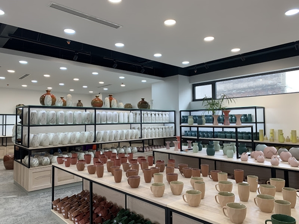Gian trưng bày của Công ty Gốm Sứ Quang Vinh - Công Ty TNHH Gốm Sứ Mỹ Nghệ Quang Vinh