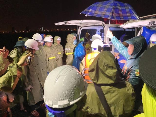 Cơ quan chức năng đưa ngư dân trên tàu bị chìm vào bờ tối 9/10