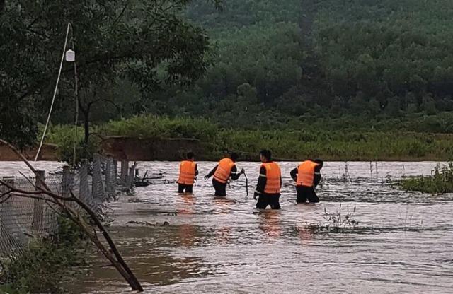 Lực lượng chức năng huyện Hòa Vang tìm kiếm người đàn ông mất tích khi đi đánh cá (ảnh Công an cung cấp)