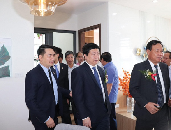Chủ tịch UBND tỉnh Hải Dương  đi tham quan căn hộ mẫu tại tổ hợp chung cư Bạch Đằng Lake View