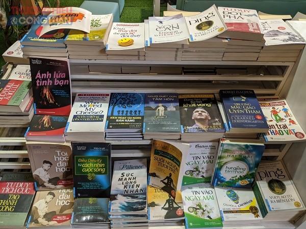Với hàng trăm đầu sách, độc giả có thể thoải mái chọn lựa